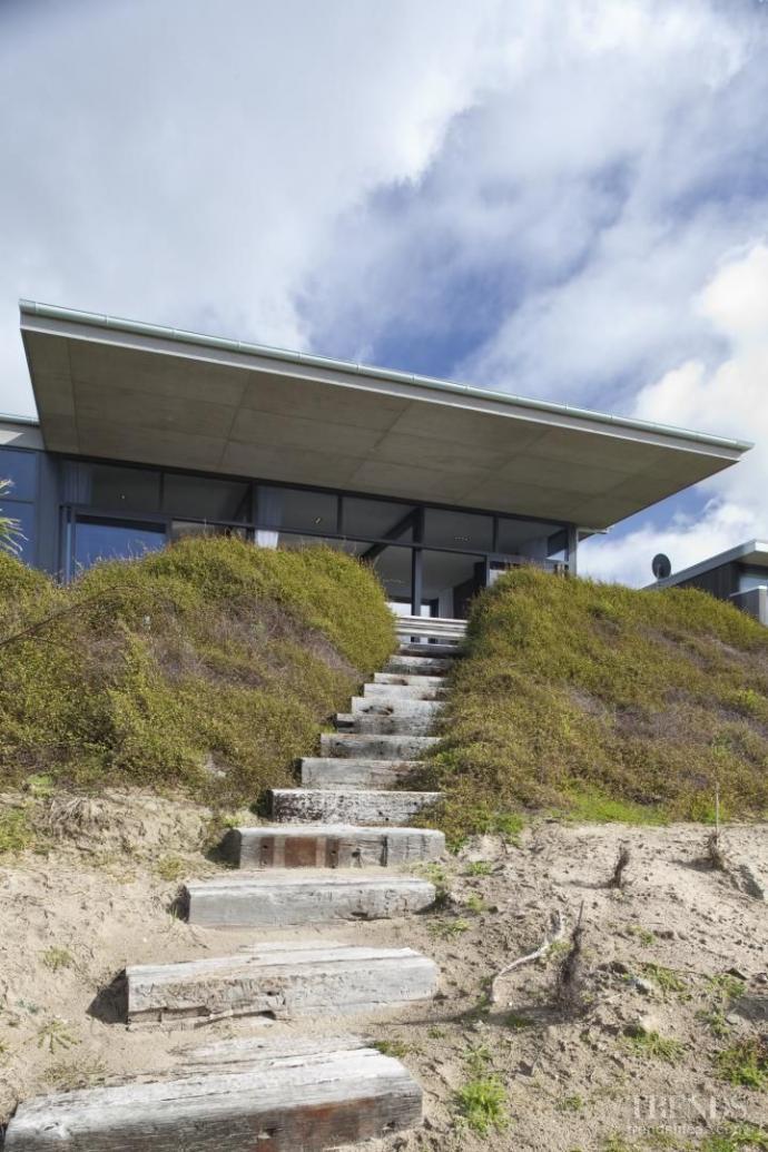 On the beach – new house by Lindy Leuschke