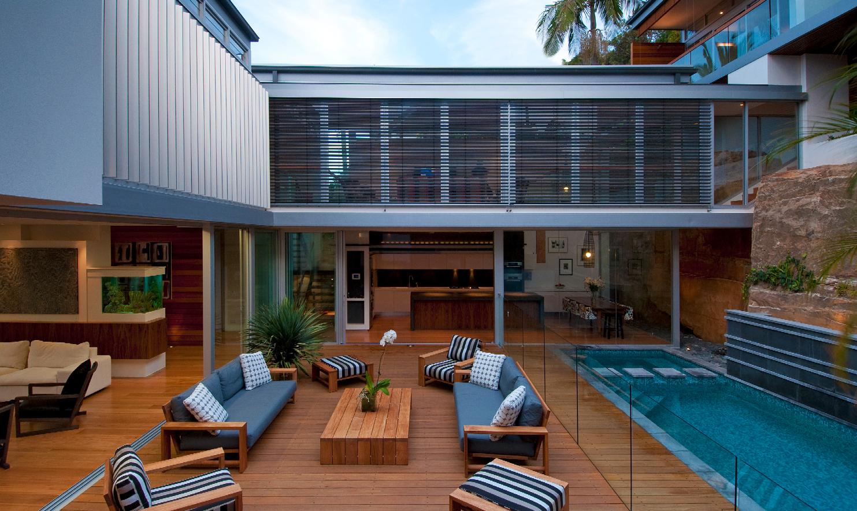 Двухэтажный дом с большим балконом.